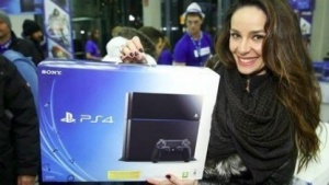 Käuferin der Playstation 4 am Potsdamer Platz