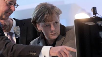T-Systems-Chef Reinhard Clemens (l.) mit Kanzlerin Angela Merkel auf der Cebit im Jahr 2011