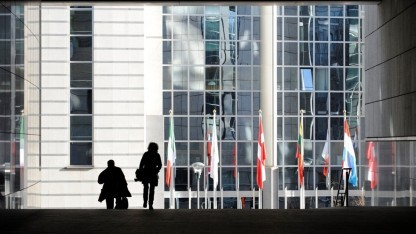 Besucher  vor dem Gebäude der EU-Kommission in Brüssel