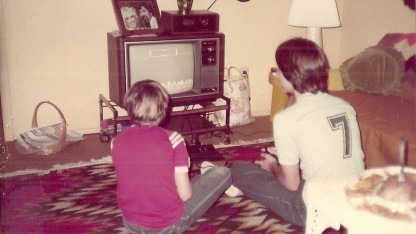 Zwei Jugendliche spielen mit der Atari-2600-Spielekonsole.