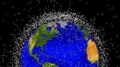 Weltraumschrott (schematische Darstellung): Netz fängt Schrott.