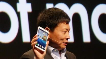 Richard Yu von Huawei hält das Ascent Mate 2 4G in die Höhe.