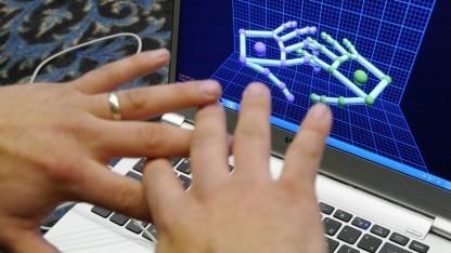 Leap Motion erkennt dank verbesserter Software nun auch gekreuzte Finger.