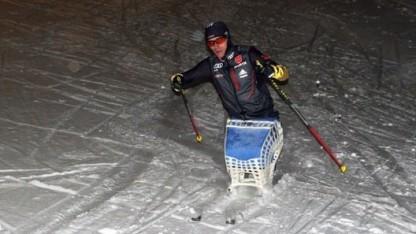 Martin Fleig mit Sportgerät aus dem 3D-Drucker: ideal angepasster Skischlitten