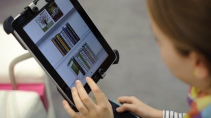 Eine Besucherin der Leipziger Buchmesse 2012 probiert Pageplace auf einem iPad aus.
