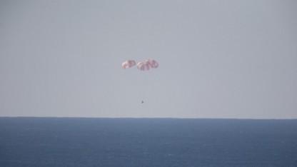 Dragon am Fallschirm: kontrollierter Abstieg mit Bremsrakete
