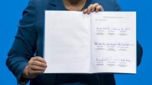 Schon umstritten: der von Bundeskanzlerin Angela Merkel (CDU) am 16. Dezember 2013 präsentierte Koalitionsvertrag