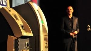 Barnaby Jack hackt auf der Black Hat 2010 mehrere Geldautomaten.