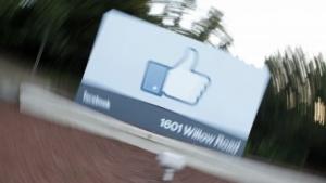 Das Facebook-Logo vor dem Hauptsitz des Unternehmens in Menlo Park