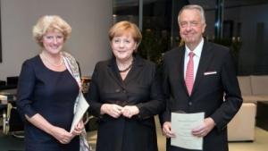 Monika Grütters (l., mit Bundeskanzlerin Angela Merkel und Vorgänger Bernd Neumann): Vielfalt, Information und Meinungsbildung