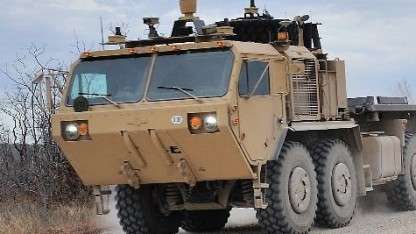 Autonome Militär-Lkws bahnen sich selbst den Weg.