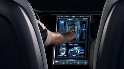 Der 17 Zoll große Touchscreen des Tesla S