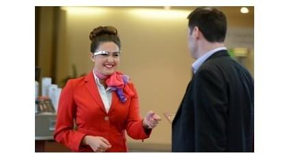 Mitarbeiterin mit Google Glass
