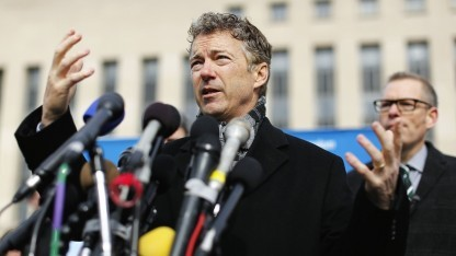 Senator Rand Paul stellt seine Klage vor Journalisten in Washington vor.