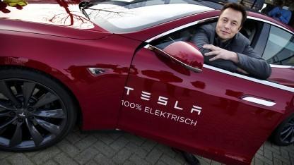 Elon Musk im Tesla Model S: Verkauf lenkt ab.