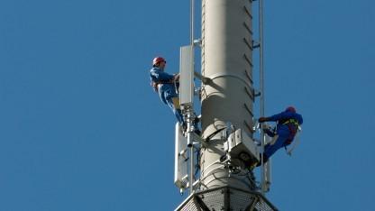 Techniker auf LTE-Sendemast