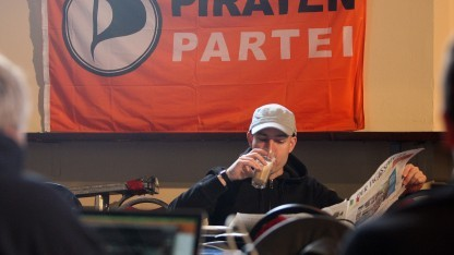 Mitglied der Piratenpartei auf einem Parteitag