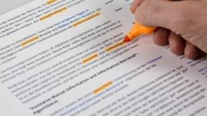 Die simpelste, aber aufwendigste Methode ist es, die Klassifizierung von Texten Menschen zu überlassen
