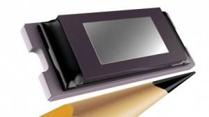 0,3 Zoll HD Tilt & Roll Pixel (TRP) DLP Pico Chipset im Größenvergleich mit einem Bleistift