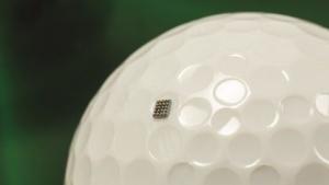 Der Kinetis KL03 in einer Dimple eines Golfballs