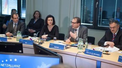 Minister Alexander Dobrindt (2. v.r.) und Staatssekretärin Dorothee Bär (Mitte) beim Start der Netzallianz in Berlin.