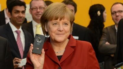 Vergangenes Jahr auf der Cebit: Angela Merkel freut sich über ihr neues Handy.
