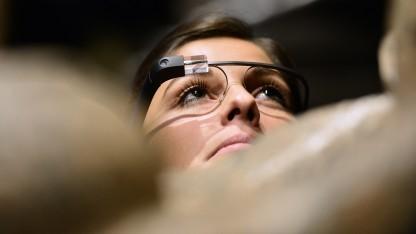 Eine Frau trägt die Datenbrille Google Glass.