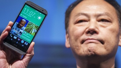 HTC-Chef Peter Chou zeigt das One (M8).