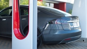 Tesla Model S am Supercharger