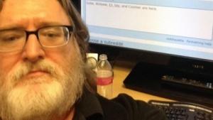 Selfie von Gabe Newell vor dem AuA auf Reddit.com