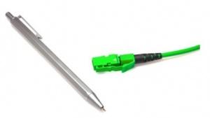 Die MXC-Stecker sind trotz 64 Glasfasern sehr klein.