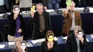 Europa-Abgeordnete demonstrieren ihre Unterstützung für Edward Snowden.