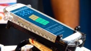 Der Zauberwürfel-Roboter läuft mit einem Android-Smarrphone.