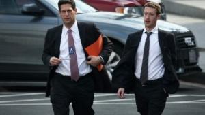 Facebook-Gründer Mark Zuckerberg (r.) auf dem Weg zum Treffen mit Obama