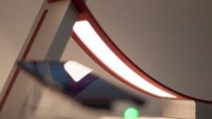 LG zeigt auf der Light + Building seine neue OLED-Lampe mit geschwungenen Lichtern.