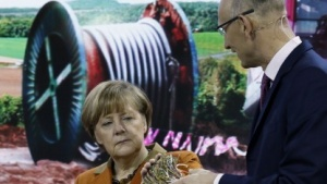 Der Telekom-Chef mit Kanzlerin Merkel auf der Cebit 2014