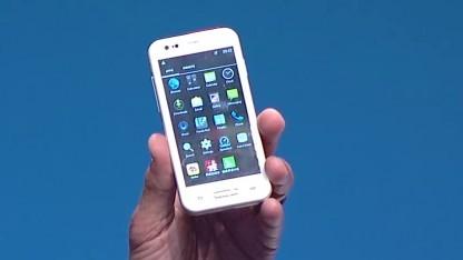 Brian Krzanich zeigt ein Smartphone mit Sofia-3G.