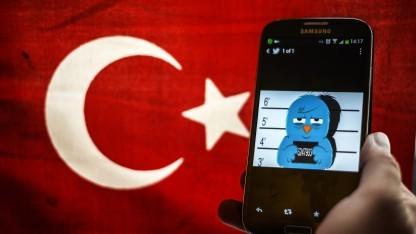 Der Twitter-Vogel auf einem Smartphone