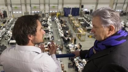Bürgermeister Klaus Wowereit (SPD, r.) spricht mit Marcus Börner, einem der Gründer von Rebuy, im Januar 2013 in Berlin.