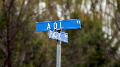 AOL (Straßenschild vor dem ehemaligen Unternehmenssitz in Sterling, Virginia)