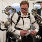 Roboter: Exoskelett steuert Roboterdame Aila