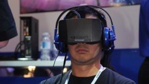 Ein Messebesucher auf der CES 2014 probiert das Oculus Rift aus.