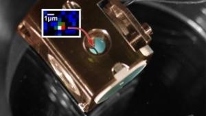 Zwischen den blauen Spiegeln ist ein Rubidium-Atom gefangen.