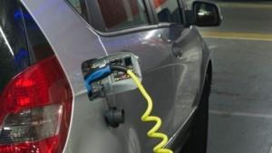 Elektroauto an der Steckdose