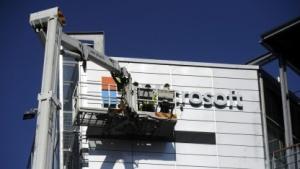 Arbeiter installieren das Logo Microsofts an der ehemaligen Zentrale von Nokia in Espoo am 26. April 2014.