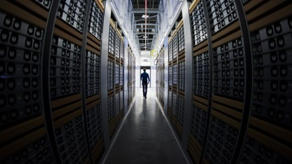 Ein Administrator in Facebooks Data Center in Lulea
