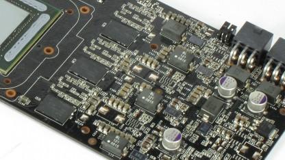 Grafikkarten-PCB mit vielen verlöteten Bauteilen