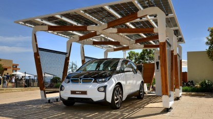 Carport mit Solarzellen: Streben aus Bambus