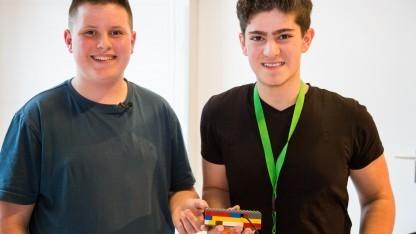 Nico Quack und Kerem Özmen präsentieren ihre Spielekonsole Luga