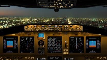 Das Cockpit einer Boeing 737 bei Nacht
